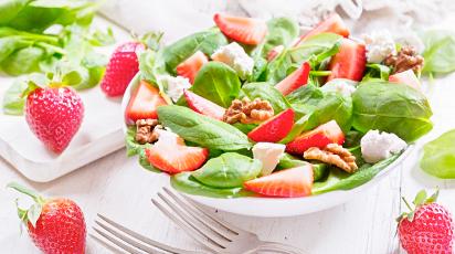 Легкий и питательный: салат с клубникой, шпинатом и орехами